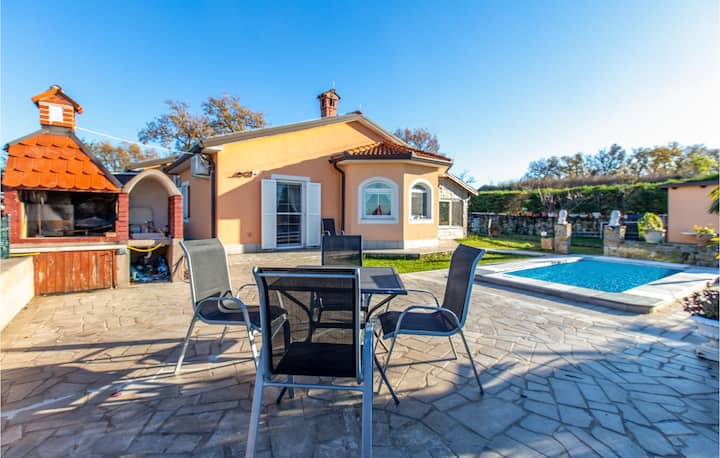 Nice home in Pobegi with Outdoor swimming pool and 3 Bedrooms