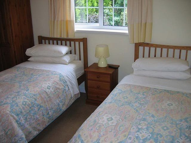 Elm Cottage B&B twin room 2 near NEC, BHX Airport.