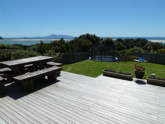 Mangawhai -Clifftop Family Friendly home Sleeps 16