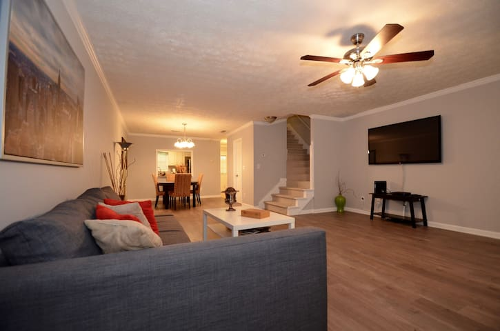 Cozy 2 BDR Townhome, Sleeps 6