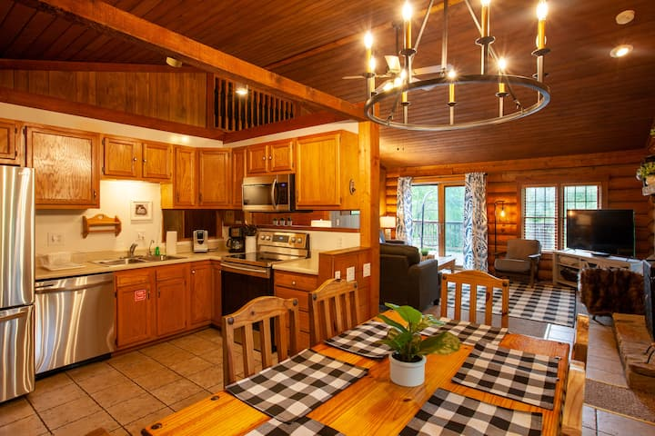 Newly Redecorated Cabin- Awesome Location!