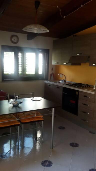 Cucina completa con tv , divano e confort