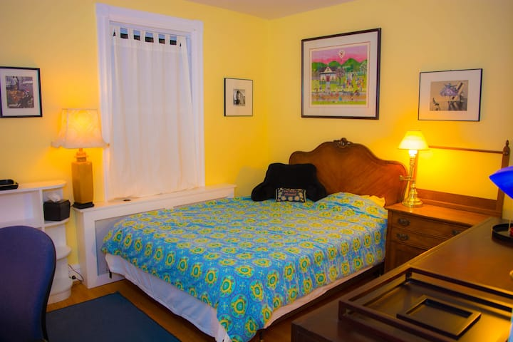 UD / Yellow room / Sunny Main St haven