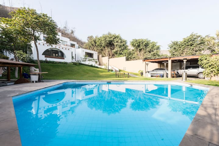 Residencia estilo Mediterraneo. Big house and pool - La Planicie - Casa