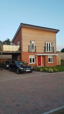 Quiet, modern feel, new house close to city centre