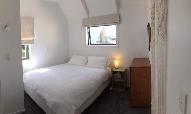 Cosy room super close to lake and town centre