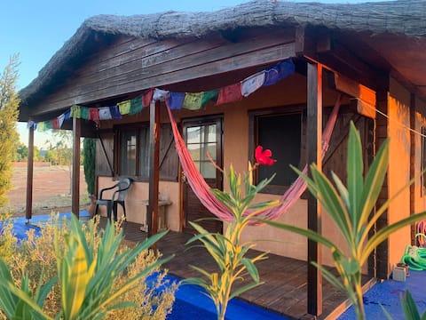 美しい有機農場の木製アーモンドハウス