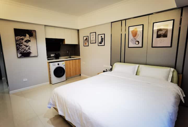【丰寓】现代简约/CBD/地王公馆/高级大床/高清60寸电视/即热电热水器/小冰箱/澳洲羊毛枕被