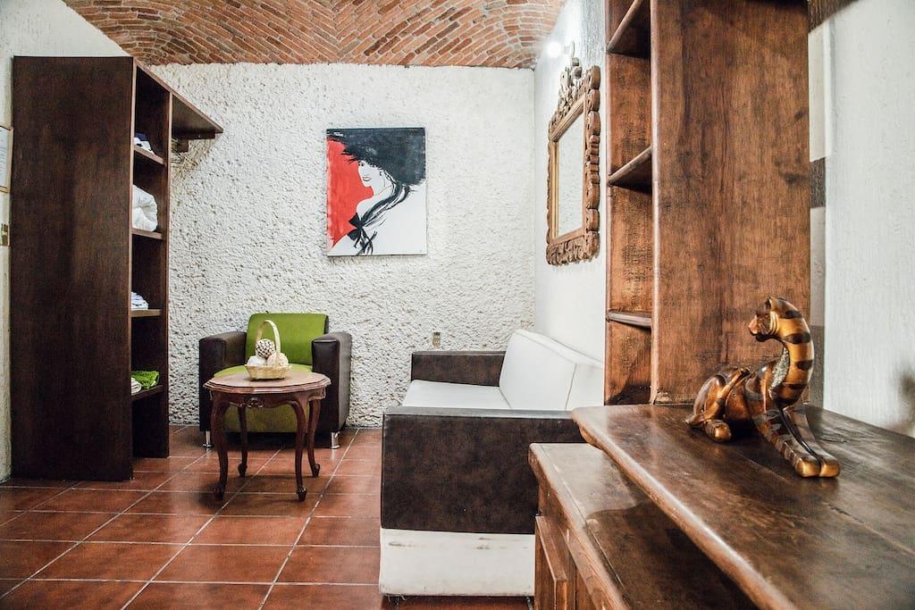 """La Suite """"Girasol"""" además de estar amueblado, también cuenta con 1 cama matrimonial, un espacio con 1 sillón, 1 sofa y 1 Mesa de centro. Habitación ideal para 3 personas."""