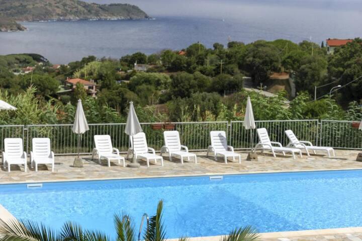 Monolocale con piscina e campo da tennis, Le Lecce