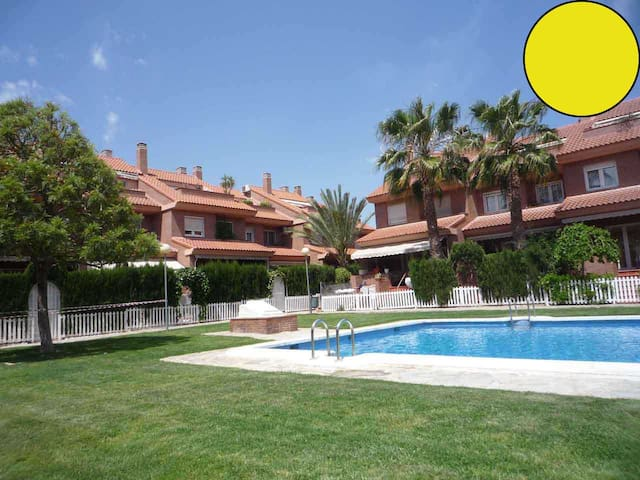 Summer house & Pool + BBQ / yellow - Alacant - House