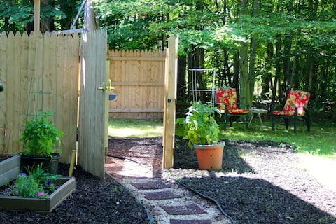 Saugatuck Garden Hideaway, Pets!