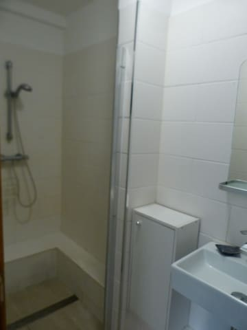 Kleines Badezimmer mit allem was man braucht