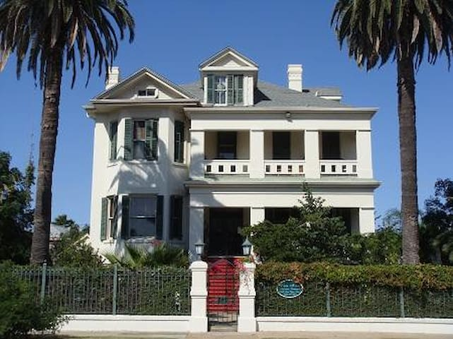 experience a southern mansion