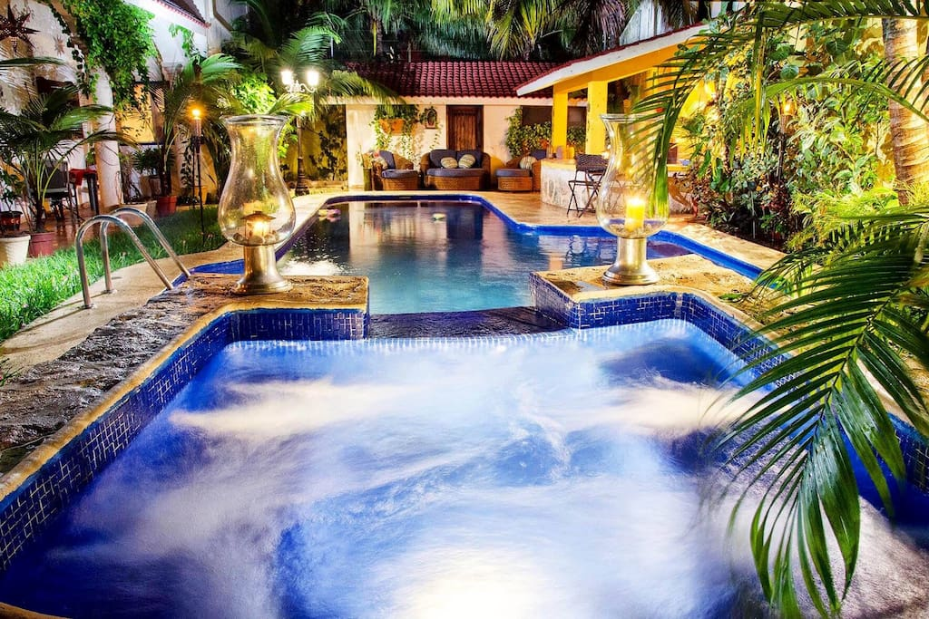 Alberca y jacuzzi con agua caliente, gran iluminación y música ambiental / Swimming pool and jacuzzi with hot water, great lighting and ambient music.