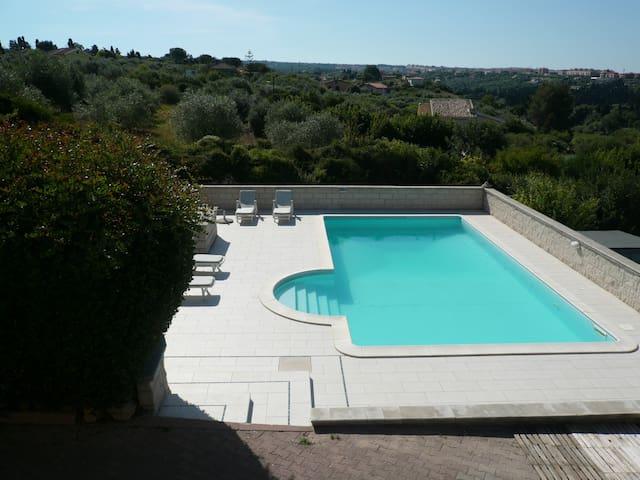 la piscina vista dal terrazzo