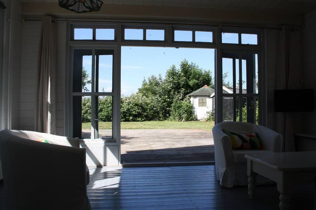Via openslaande deuren kom je op het terras en in de tuin..