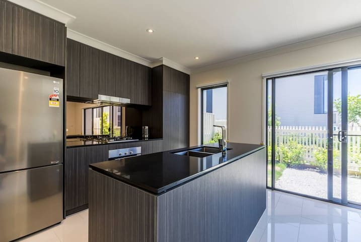 Escape to Modern Home in Hope Island