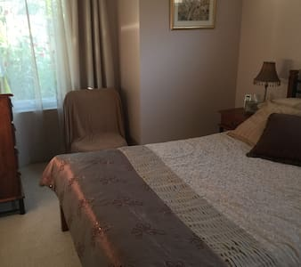 Modern, comfortable queen bedroom. Quiet location - East Victoria Park