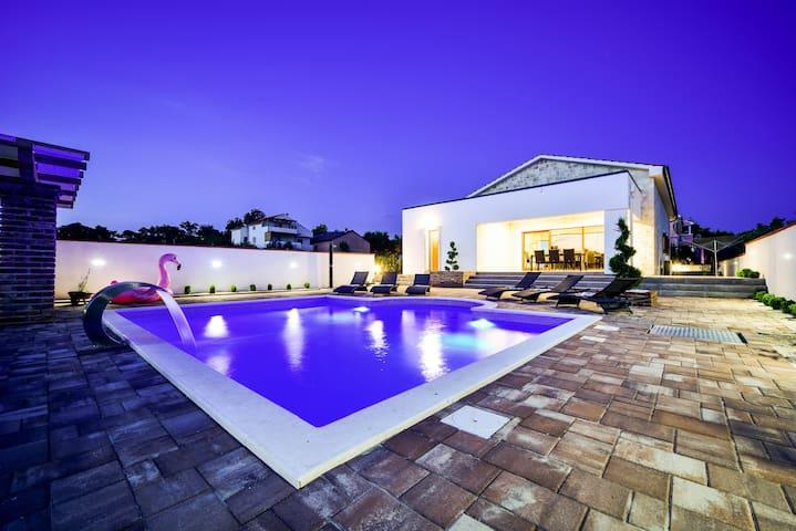 Villa Mery (heated  swimming pool & sauna)