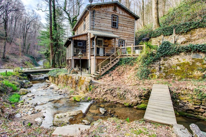 Colannelli Cabin: Secluded Saluda mountain cabin retreat. Private yet easily accessible to everything WNC & TIEC.
