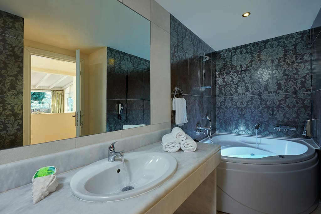 Suite's Bathroom with Jacuzzi