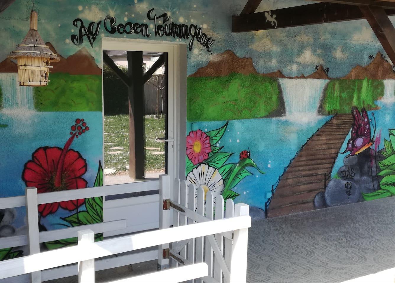 Le Cocon Tourangeau vous accueille avec une création graphique originale du Street Artist Deaks.