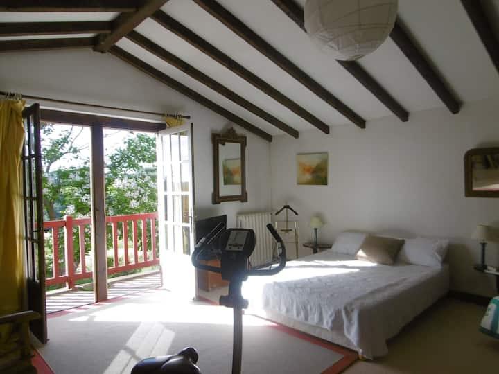 grande chambre dans ancienne ferme basque