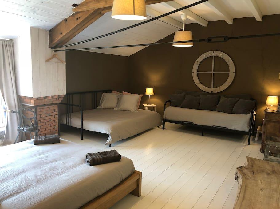 Chambre familiale jusqu'à 6 personnes et 1 lit parapluie. Ici mode 2 lits 160x200 et 1 lit  de 80x200.
