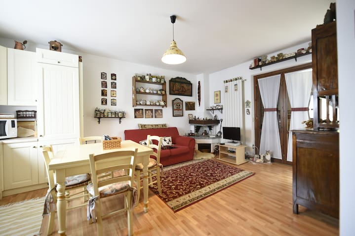 CASETTA LETIZIA: small cozy house with gardens.