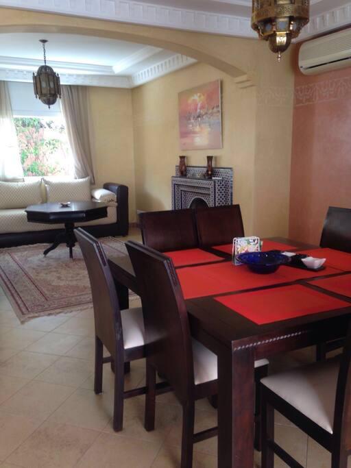 Esstisch mit acht Stühle mit Blick auf Terrasse.