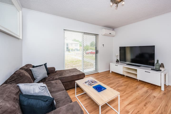 STYLISH TWO BEDROOM APARTMENT CLOSE TO THE CBD