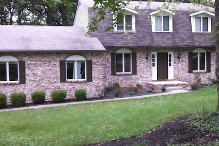 Spacious & Cozy Home with 5 bdrms - House