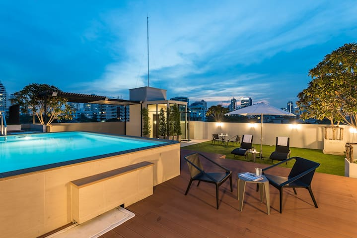 Luxury Stay in Central Bangkok With Roof-top Pool