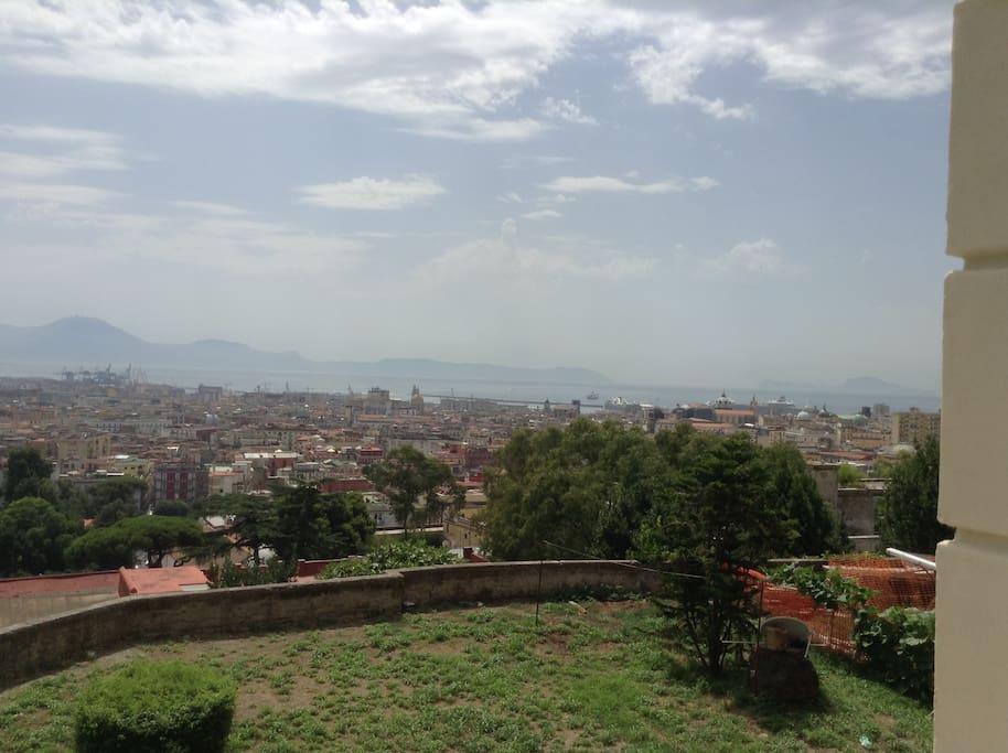 Panorama città verso direzione est (vista golfo e penisola Sorrentina)