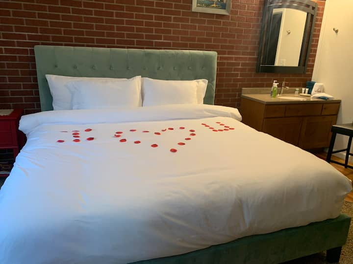 The Honeymoon Suite At Kingston East