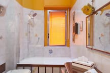 Comfortable and cozy en suite with shower and tube