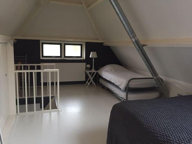 Slaapkamer 1 met twee eenpersoonsbedden en dubbelbed