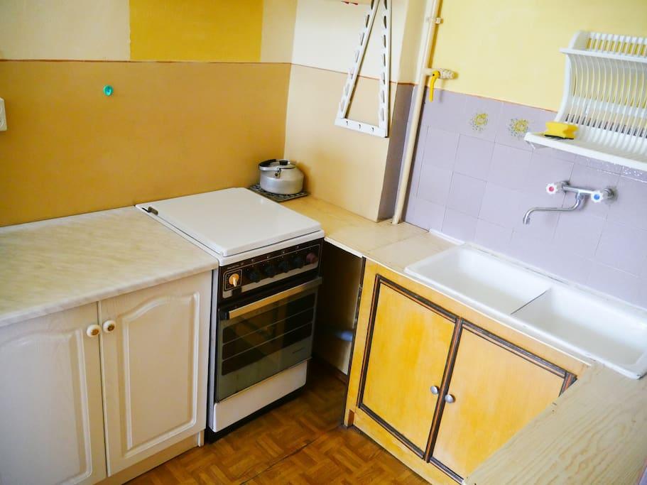 Kuchnia ze zlewem i lodówką