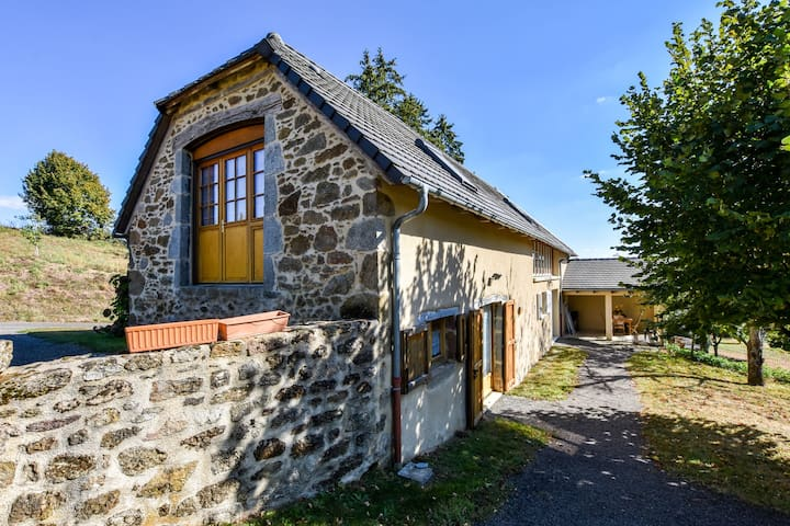 Former farmhouse fully renovated with garden, near the Auvergne volcanoes