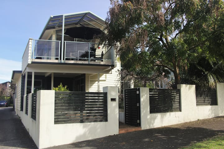 Sunny spacious family home in central location - Auckland - Dom