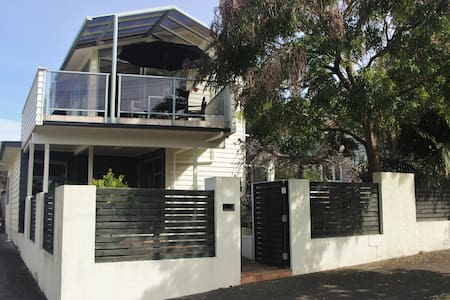 Sunny spacious family home in central location - Auckland - House