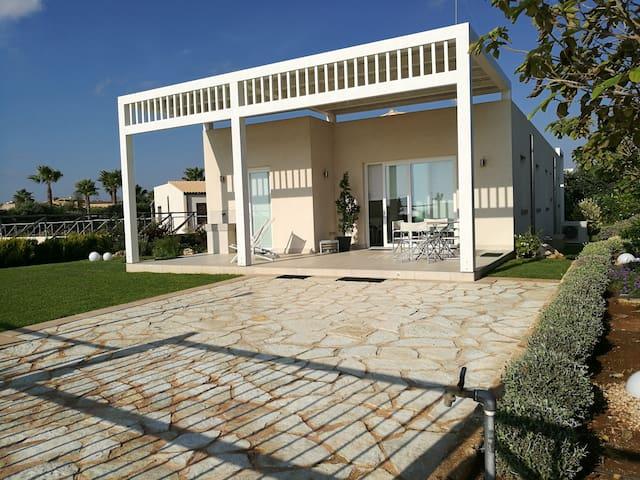 """Villa fronte mare """"La Scogliera"""""""
