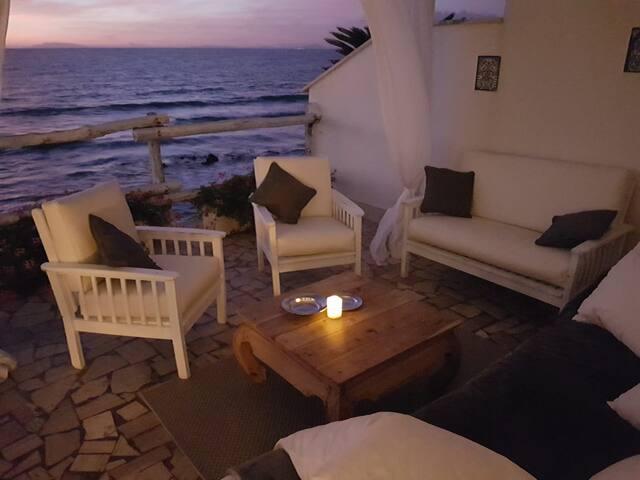 Un romantico b&b sugli scogli di fronte al mare.