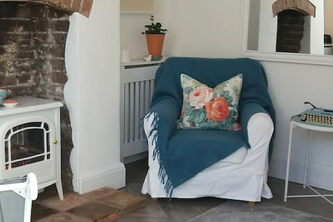 Bird Box Cottage-your nest in the heart of Holt.