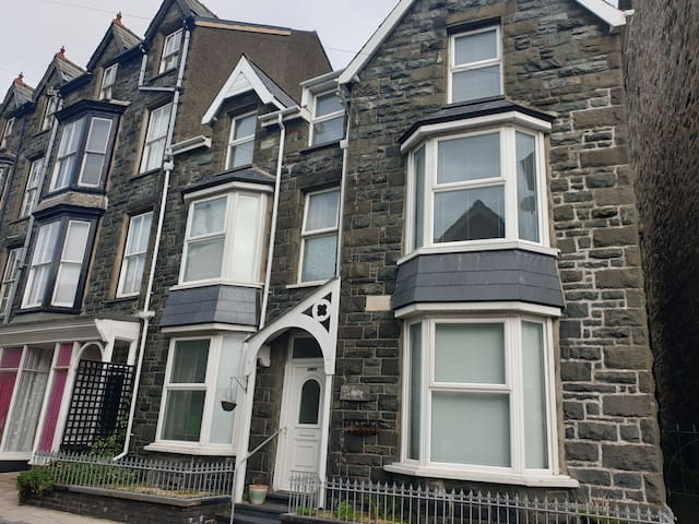 Large Cosy Barmouth Home ideal for families & pets