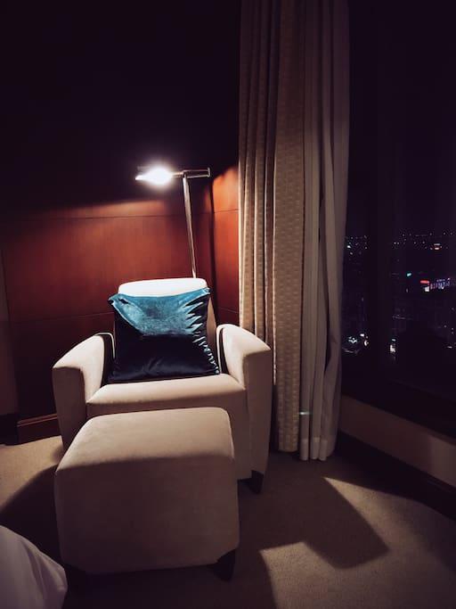 夜晚,如果你累了,可以安静的看一本书,窗外是31楼外都市的灯光,人们在蠢蠢欲动,你却可以悠然自得……