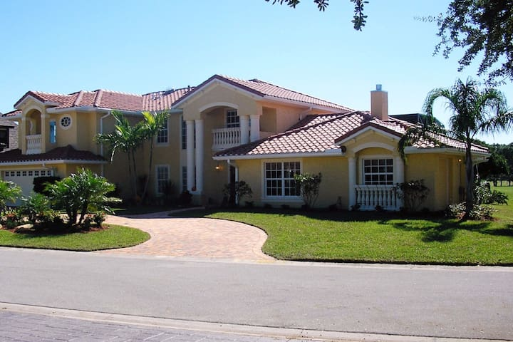 Beautiful golf course home in Florida