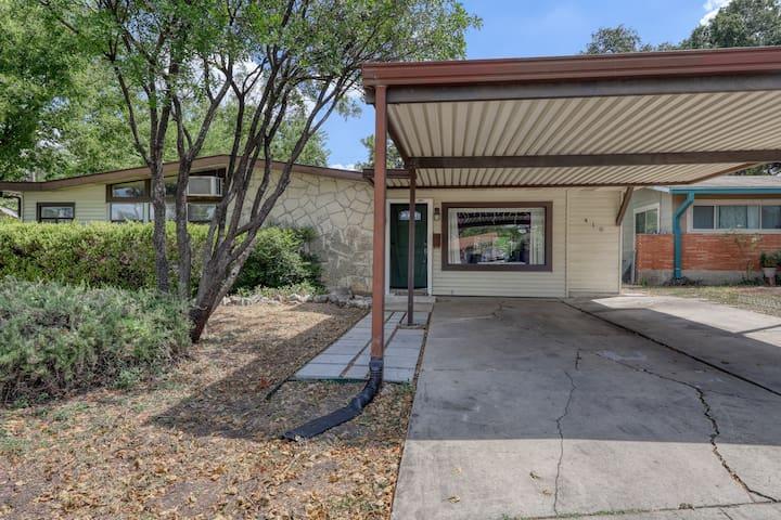 Lovely & spacious family home w/ enclosed back yard, near San Antonio Aquarium!