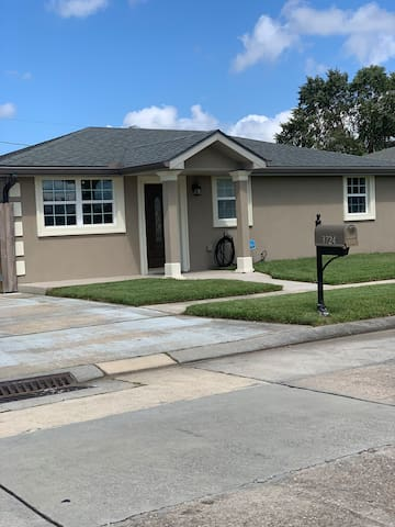 Modern Contemporary Home 15 Minutes From Burbon ST